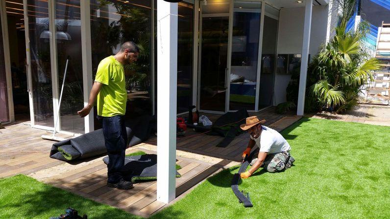 האח הגדול - התקנת דשא סינטטי בבית האח הגדול