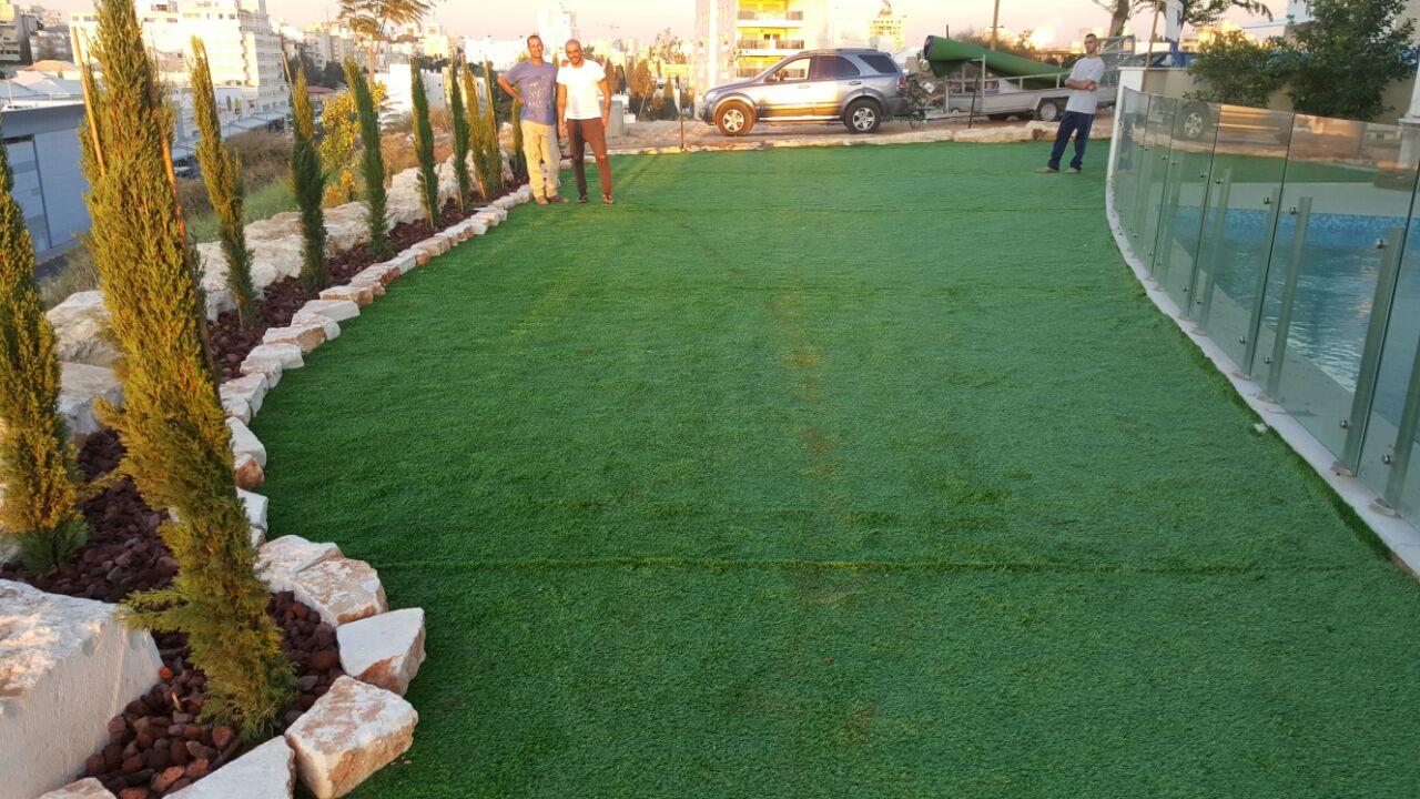 התקנת דשא סינטטי בבית של אייל גולן